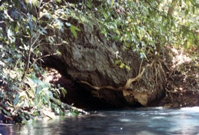 The opening to Nendikalom's cave